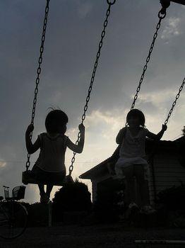 夕暮れのブランコに乗る二人の少女8190107.jpg
